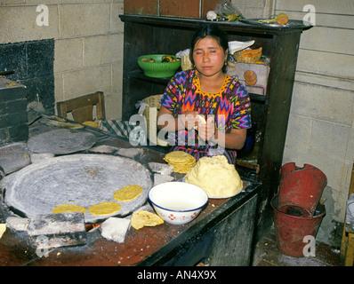 Einer indischen Frau macht wohl gekleidet in traditioneller Tracht Maya Tortillas in einer kleinen Tortilla-Fabrik - Stockfoto