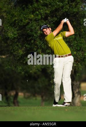 Mann zahlt golf - Stockfoto