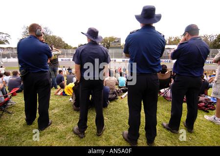 Polizisten sehen die Melbourne F1 Grand Prix in Albert Par Australien 2004 - Stockfoto
