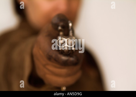 Person mit dem Ziel, die Kamera mit einer doppelläufigen Pistole - Stockfoto