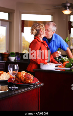 Paar küssen in Küche - Stockfoto