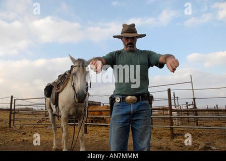 Eine israelische Rinder Herder tragen eine Pistole auf einem Hof im nördlichen Israel Golanhöhen - Stockfoto