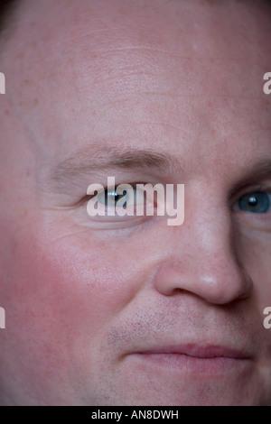 Ein junger Mann schauen zuversichtlich in die Zukunft. - Stockfoto