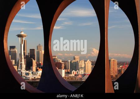 Seattle durch abstrakte Skulptur in Kerry Park gesehen - Stockfoto