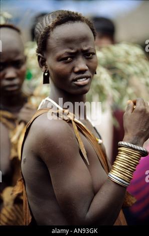Eine schöne junge Frau vom Stamm Bodi im unteren Omo-Tal Äthiopien - Stockfoto