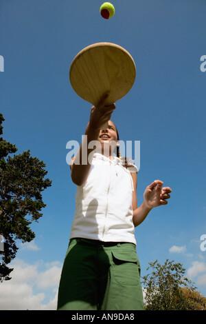 Mädchen spielen mit Schläger und ball - Stockfoto