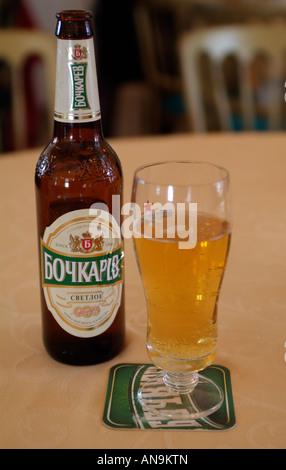 Russisches Bier und Glas Flasche auf einem Bierdeckel - Stockfoto