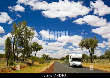 Wohnmobil-reisen-Straße im roten Zentrum Northern Territory in Australien - Stockfoto