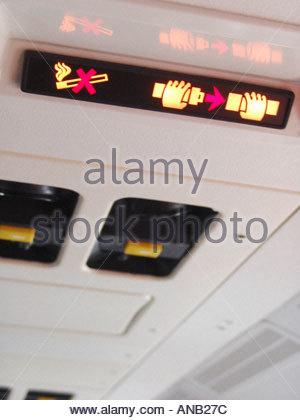 Kein Rauchen und Sicherheitsgurt Sicherheitslicht beleuchtet im Flugzeug - Stockfoto