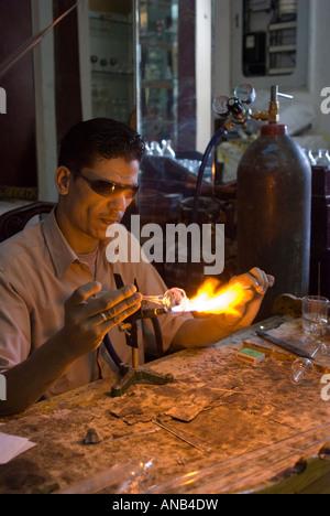 Ägypten Luxor Handwerker demonstrieren mundgeblasene Glas Flasche machen - Stockfoto