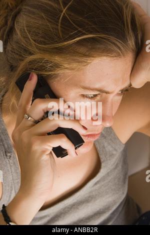 Junge Frau Gespräch am Handy - Stockfoto