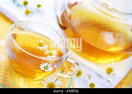 Teetasse und Teekanne mit pflanzlichen beruhigende Kamillentee - Stockfoto