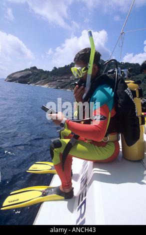 Taucher machen einen großen Schritt, der im Wasser in THailand auf einer Yacht in den Similan Islands National park - Stockfoto