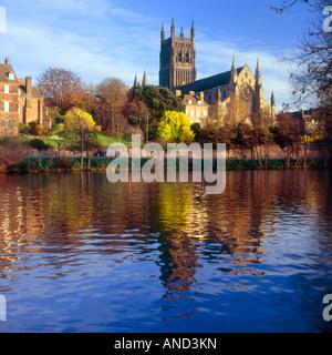 Worcester Cathedral spiegelt sich in den Fluss Severn im Herbst. Worcestershire, England - Stockfoto