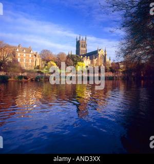 Worcester Cathedral spiegelt sich in den Fluss Severn, Worcestershire, England - Stockfoto