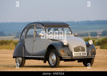 2CV Deux Chevaux Auto auf Strand Parkplatz Brancaster Norfolk Vereinigtes Königreich - Stockfoto