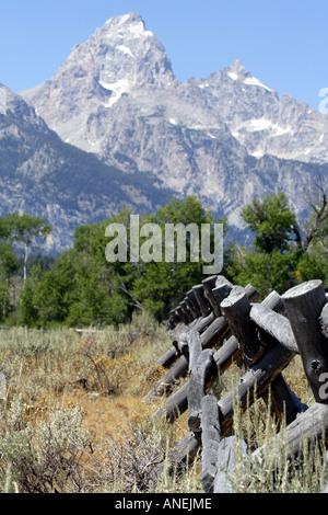 Post-Holzzaun vor den Grand Teton, Wyoming, USA - Stockfoto