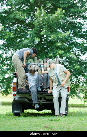 Wanderer kommen in Rückseite des Pick-up-truck - Stockfoto