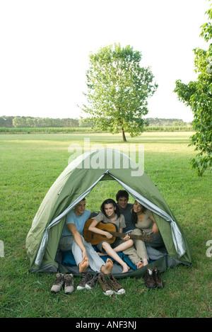 Freunde im Zelt zusammen - Stockfoto