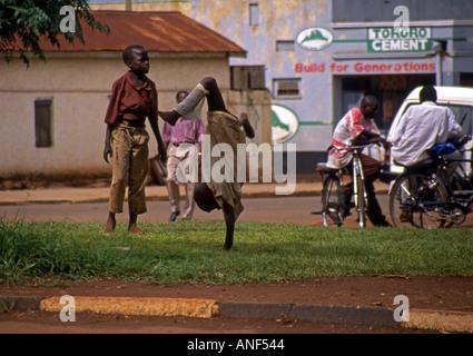 Gruppe von verwaisten Straßenkindern gekleidet schlecht spielen machen Purzelbäume & akrobatischen Spiele Jinja - Stockfoto