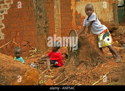 Shoeless Kindergruppe Acholy Elendsviertel spielen im Freien mit Trümmern Junk-e- & Müll Kampala-Uganda-Ost-Afrika - Stockfoto