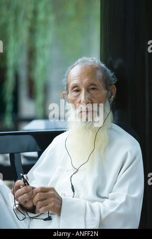 Ältere Menschen tragen traditionelle chinesische Kleidung, mit MP3-player - Stockfoto