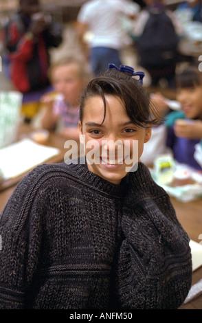 Glückliches Mädchen im Alter von 14 Jahren aufholen Sommerschule Kantine. Holland Schule Minneapolis Minnesota USA - Stockfoto