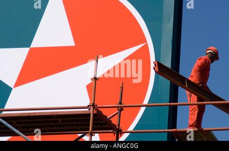 Caltex Tankstelle Arbeiter auf Gerüsten für Unternehmen unterzeichnen in Western Cape - Stockfoto