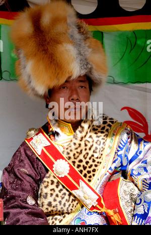 Tibetischen Minderheit Hochzeit Elternteil Vater wartenden Braut und Bräutigam zum Ausdruck bringen dank Vater - Stockfoto