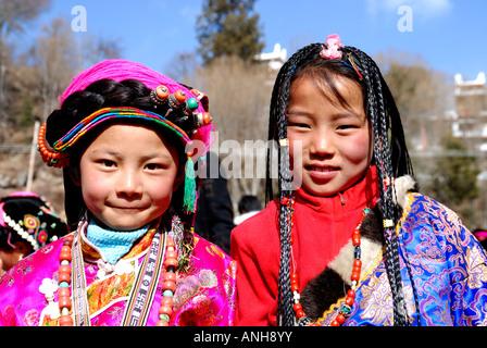 Tibetische Hochzeit Partei zwei Mädchen haben traditionelle ...