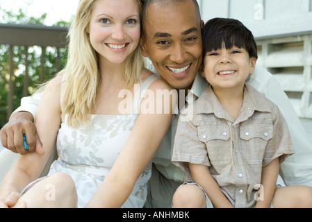 Familie zusammen in die Kamera Lächeln, Porträt - Stockfoto
