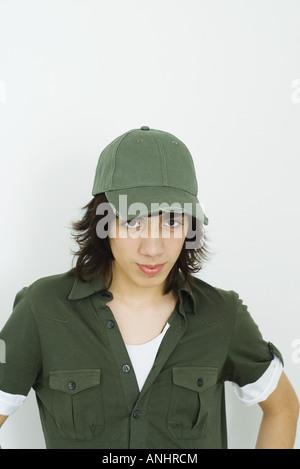 Teenager tragen Baseball-Cap, Blick in die Kamera - Stockfoto