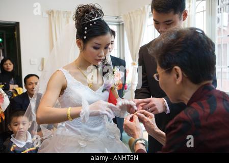 Chinesische Hochzeit, Abgabe der Schmuck der Braut - Stockfoto