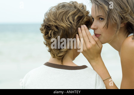 Teenager-Mädchen Knaben Ohr zu flüstern beschnitten Ansicht - Stockfoto