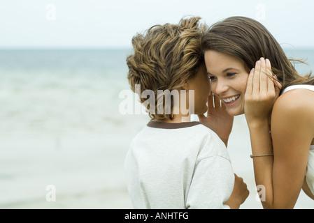 Junge Teen Schwester Ohr zu flüstern Nahaufnahme - Stockfoto