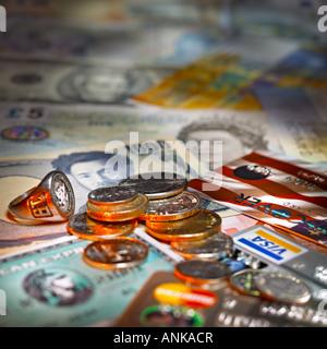 Münzen und Kreditkarten auf die ausländische Währung Rechnungen liegen - Stockfoto