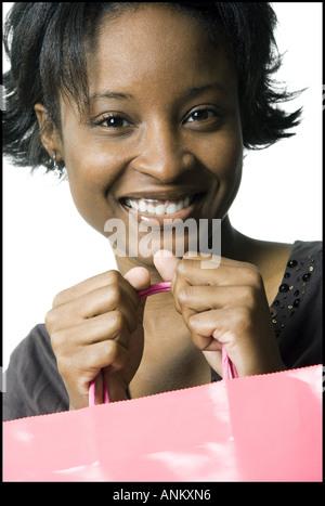 Porträt einer jungen Frau mit Einkaufstasche - Stockfoto