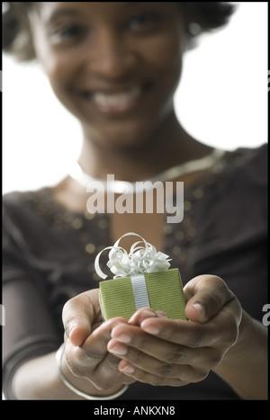 Porträt einer jungen Frau mit Geschenk - Stockfoto