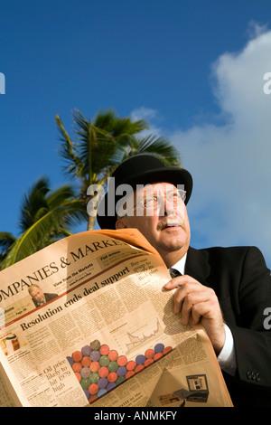 Malediven Workaholic Geschäftsmann in Melone lesen Finanzzeitung unter Palme - Stockfoto
