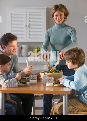 Familie am Tisch essen - Stockfoto