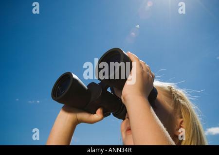 Mädchen auf der Suche durch Ferngläser, Utah, USA - Stockfoto