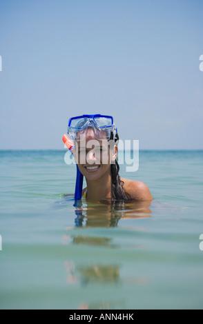 Frau mit Schnorchelausrüstung in Wasser, Florida, Vereinigte Staaten - Stockfoto
