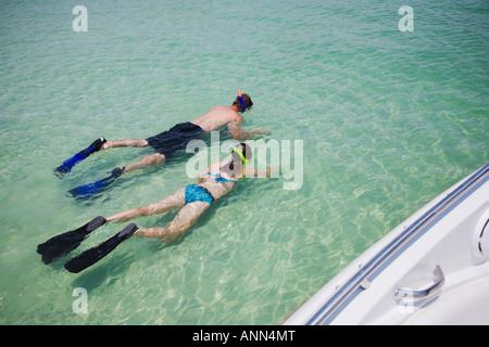 Vater und Tochter Schnorcheln in Wasser, Florida, Vereinigte Staaten - Stockfoto