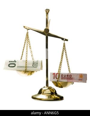 Nahaufnahme von Euro-Banknoten auf eine Waage - Stockfoto