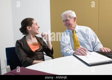 Geschäftsleute, die in einem Büro lächelnd. - Stockfoto