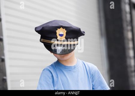 Junge Polizei Mütze trägt. - Stockfoto