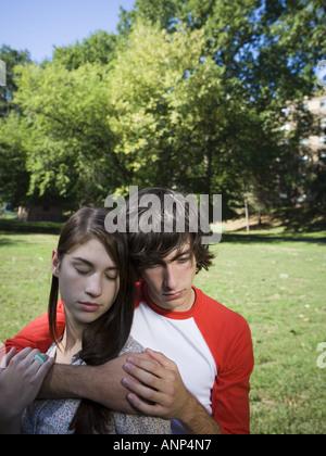 Nahaufnahme von einem Teenager-Paar im park - Stockfoto