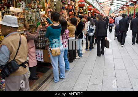 Fotoarchiv der Nakamise Einkaufsstraße in der Nähe von Sensoji-Tempel in Asakusa, Tokio Japan - Stockfoto