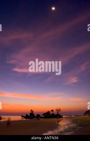 Menschen spielen auf Boracay Strand bei Sonnenuntergang die Philippinen - Stockfoto