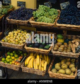 Bunte Anzeige von einer Fülle von Früchten in Weidenkörben am Marktstand in Südfrankreich - Stockfoto